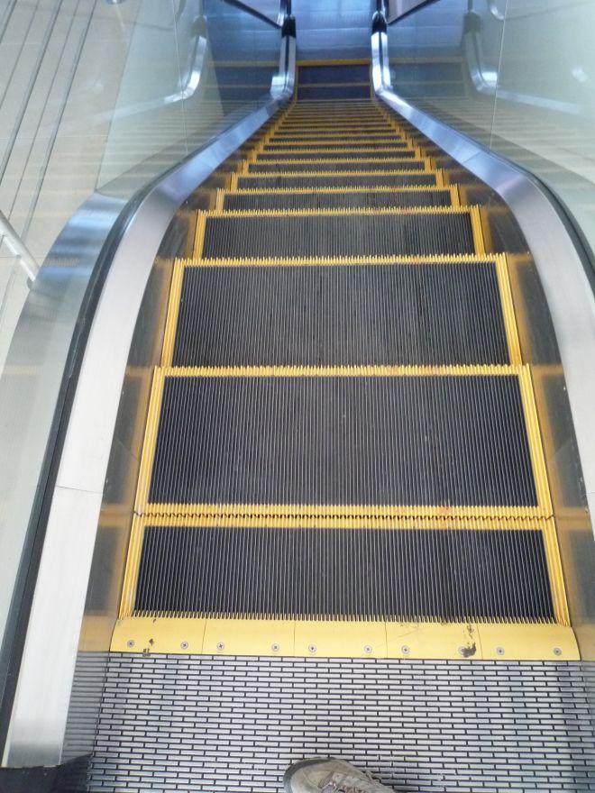 Eskalátor, ktorý má okrem žltého hrebeňa označený aj okraj každého jedného schodu